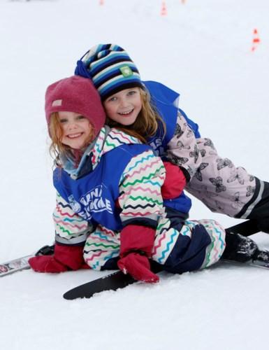 to jenter på ski