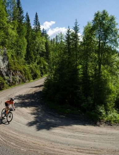 Syklist på skogsbilvei