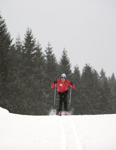 Mann i full fart på ski