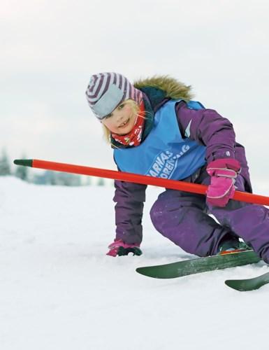 Barn på ski med løypeport