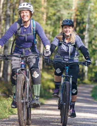 Tre blide jenter på sykkeltur.