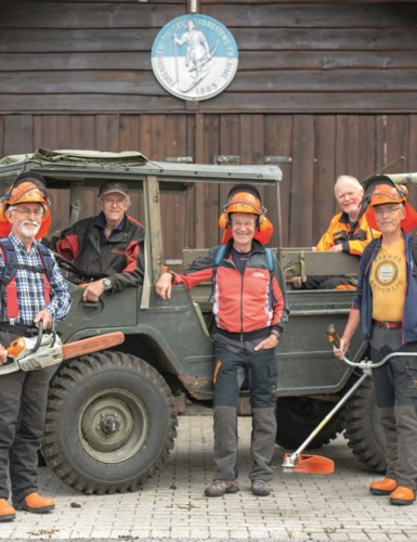 Bilde av åtte menn som jobber med løyperydding på Ringkollen.