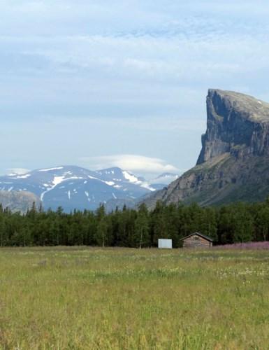 Utsikt mot fjellet Skierfe foran Sarekmassivet.